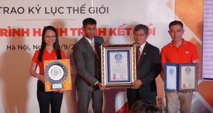 """WorldKings trao tặng FPT chứng nhận kỷ lục thế giới cho chương trình """"Hành trình Kết nối""""."""